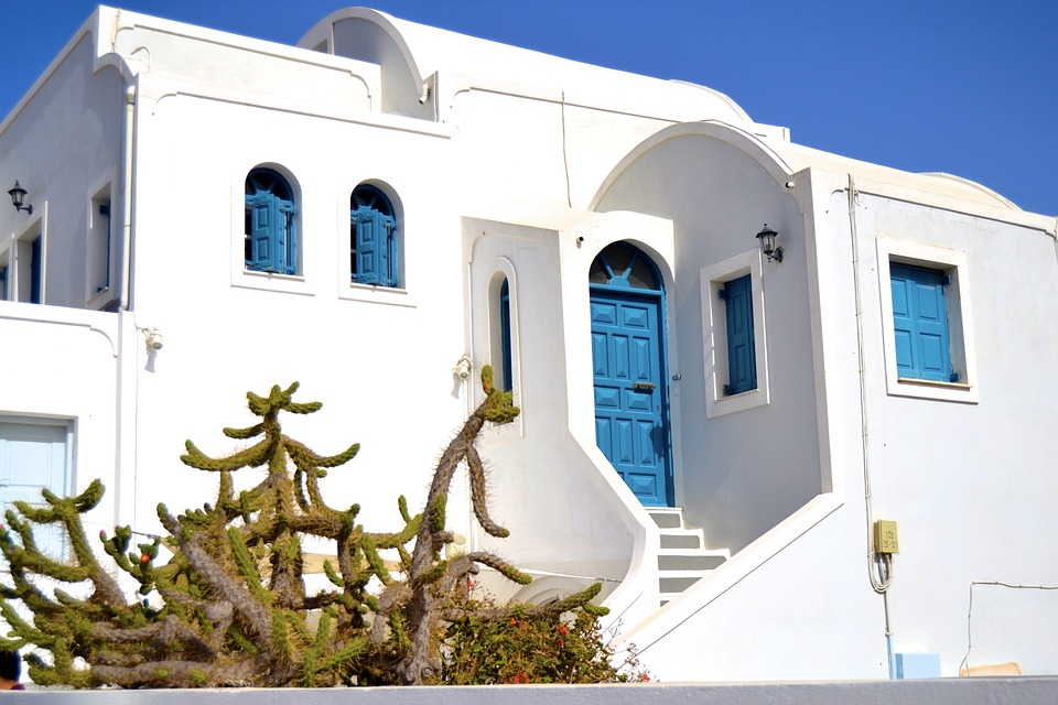 The combination of blue and white never gets old for a seaside home.